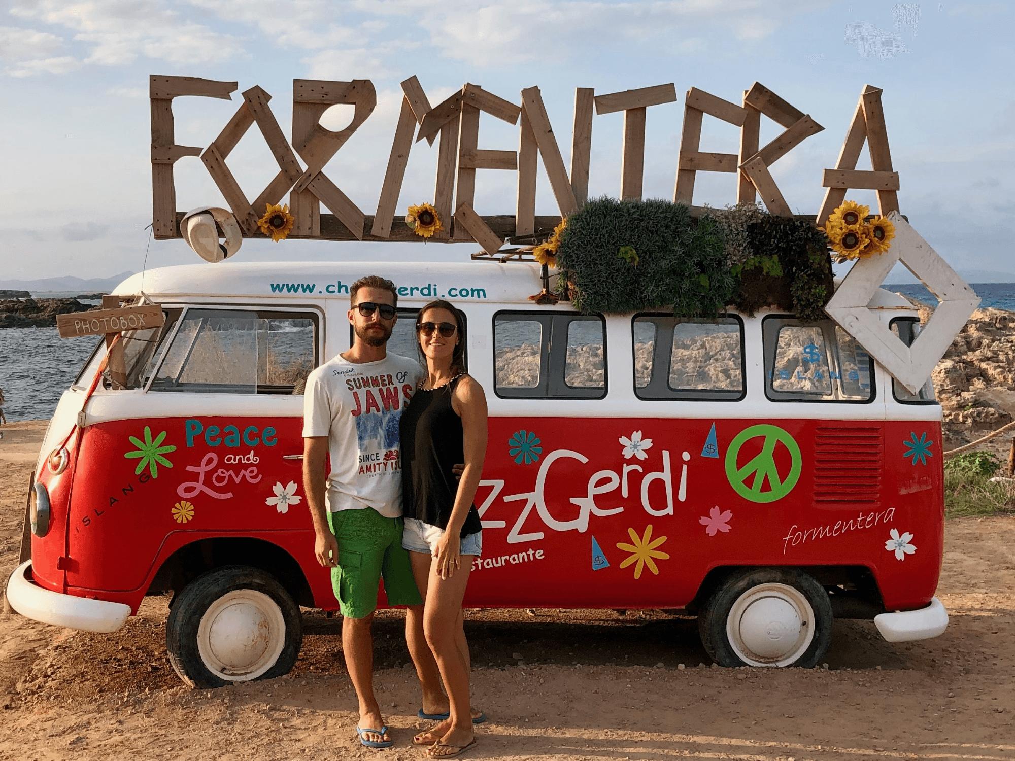 Il caratteristico furgoncino Volkswagen hippy
