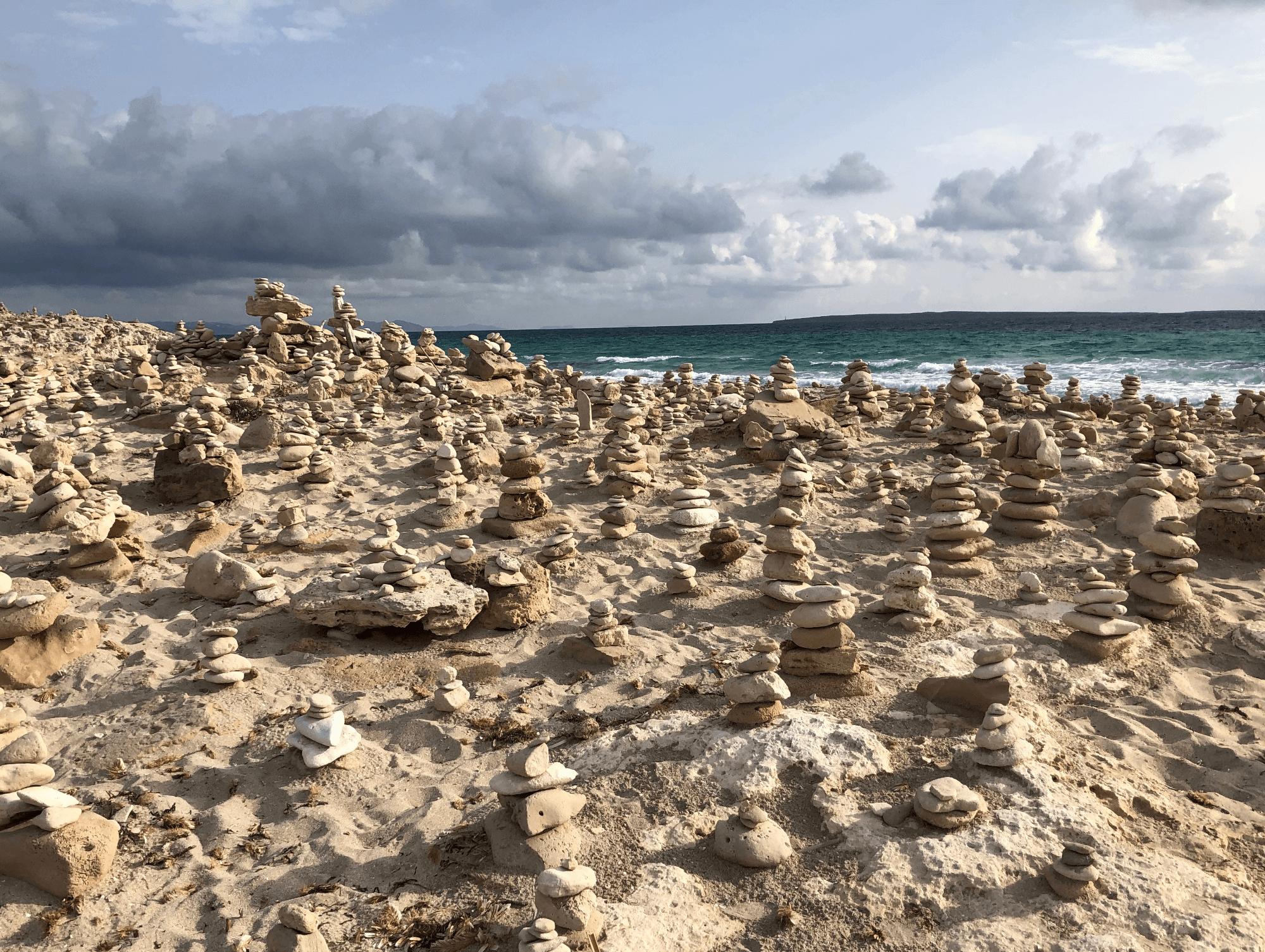 I piccoli dolmen lungo la passeggiata verso Espalmador