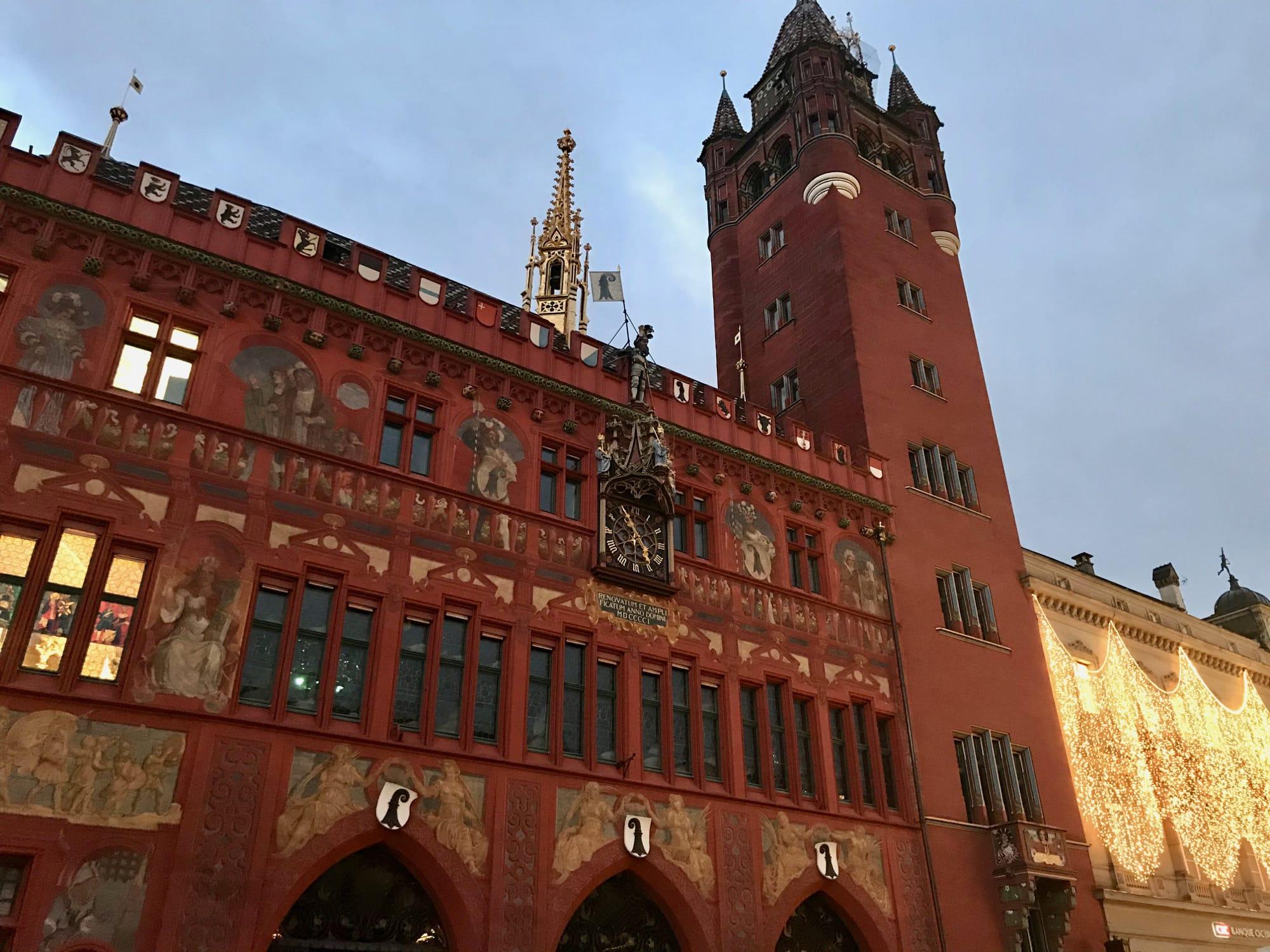 Il municipio rosso intenso di Basilea