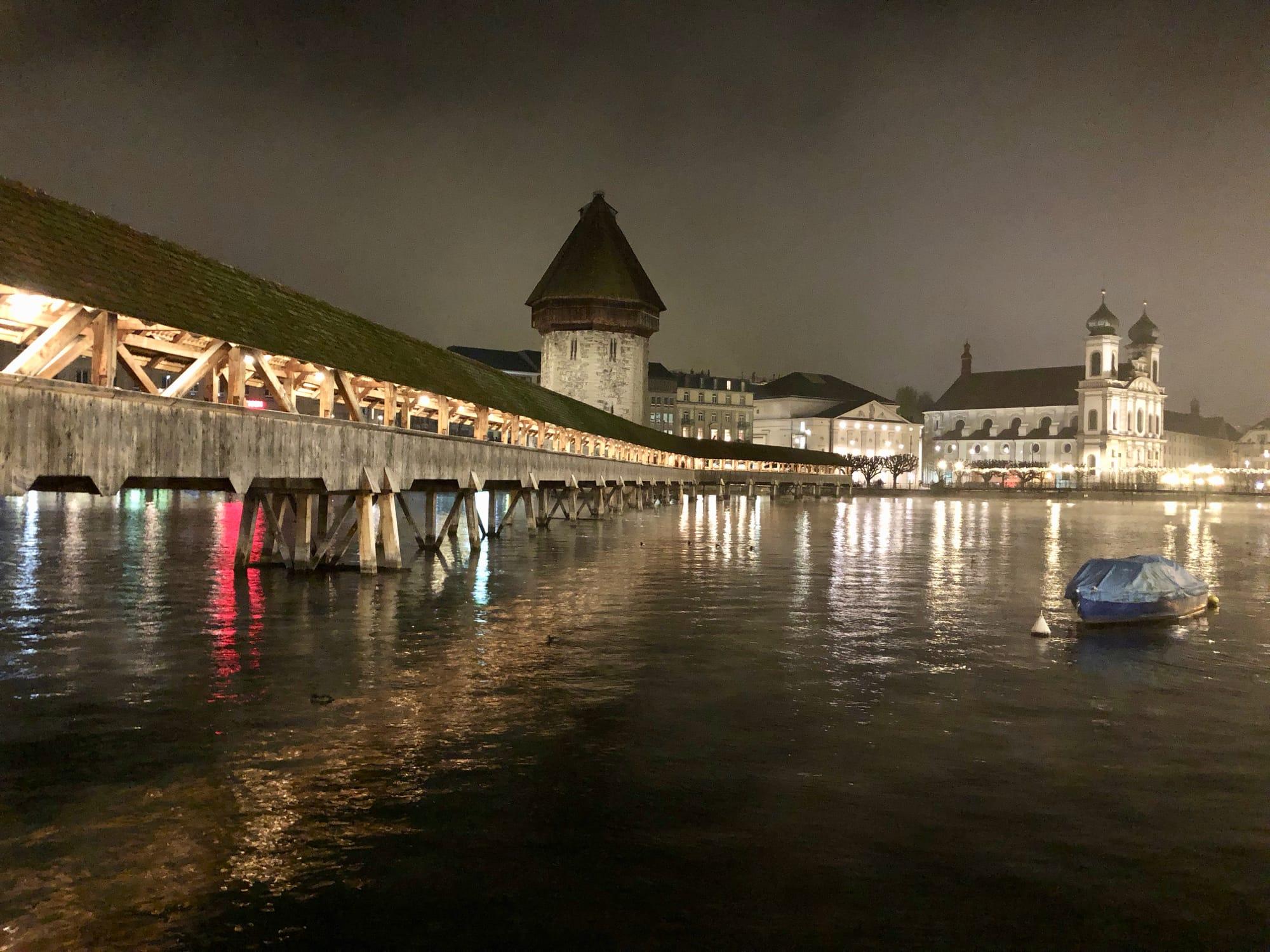 Il Kappelbrüke di Lucerna illuminato