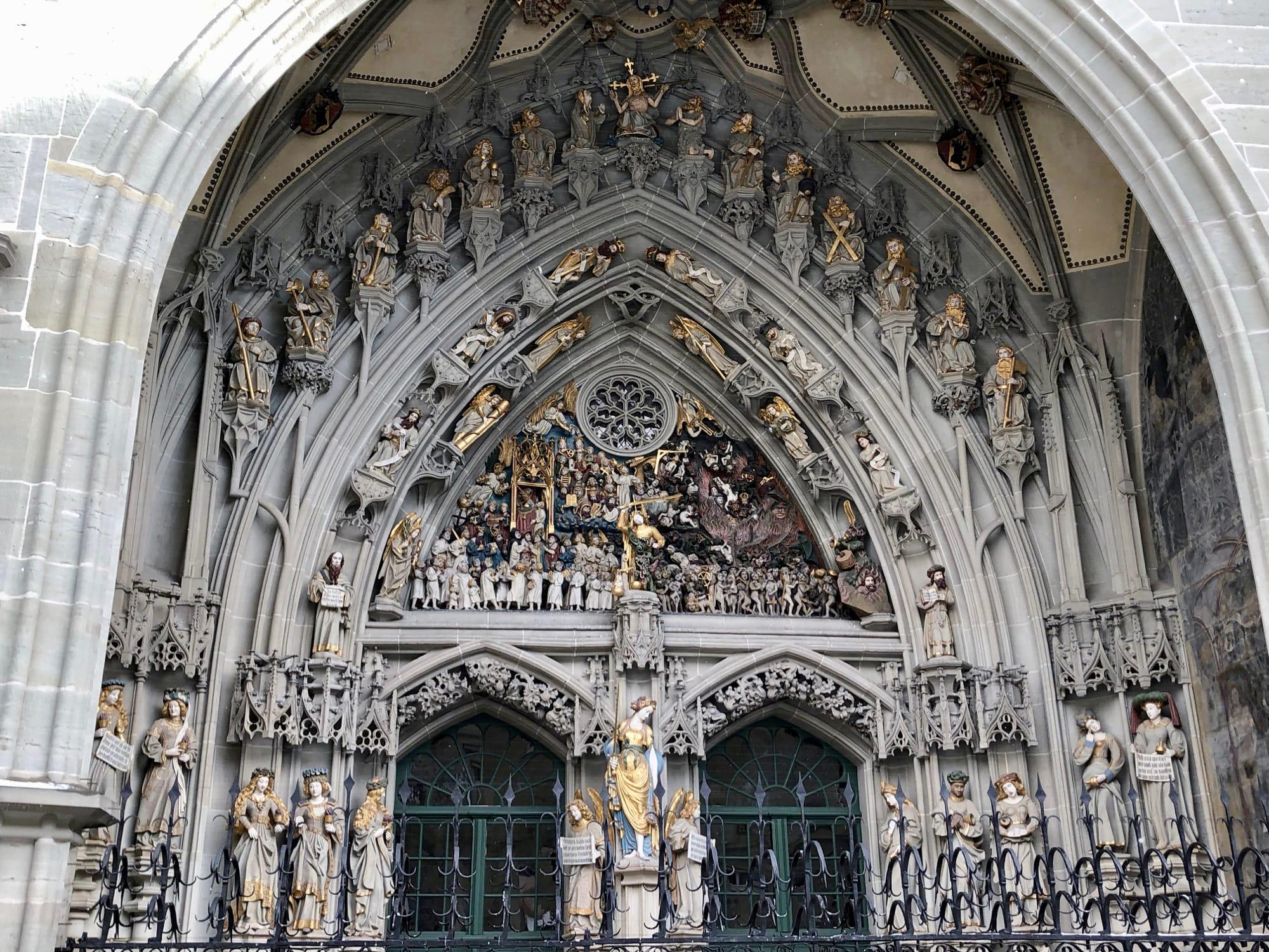 Le decorazioni sul portale della Munster Kirche